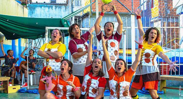 """Grupo Arte Simples apresenta """"A Bola: Histórias Que Rolam"""", no SESC Vila Mariana"""